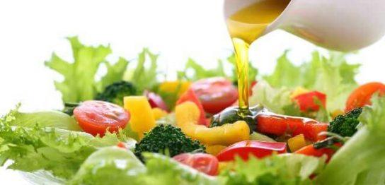 オリーブオイルで作る風味豊かな簡単ドレッシングとサラダのレシピ
